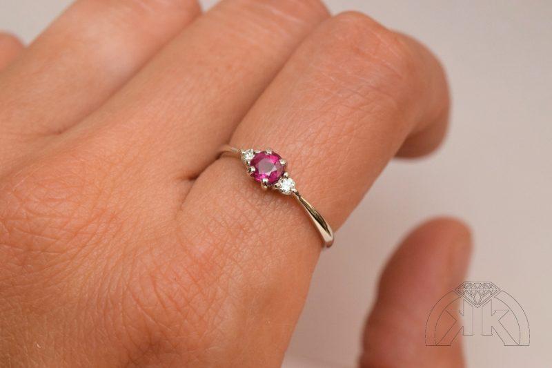Prsten s rubínem diamanty